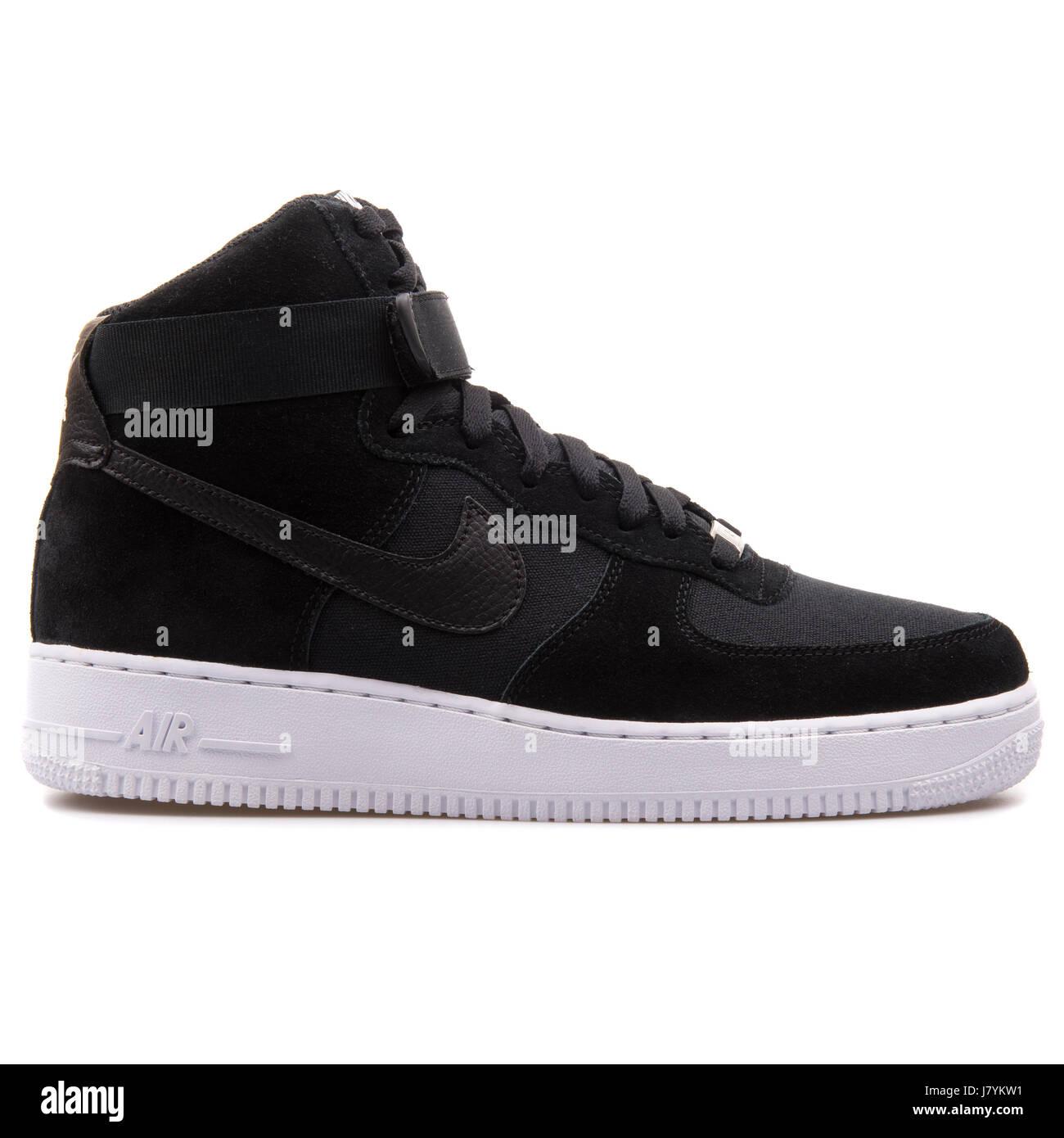 Zapatillas Altas Negras De Nike Fotos e Imágenes de stock ...