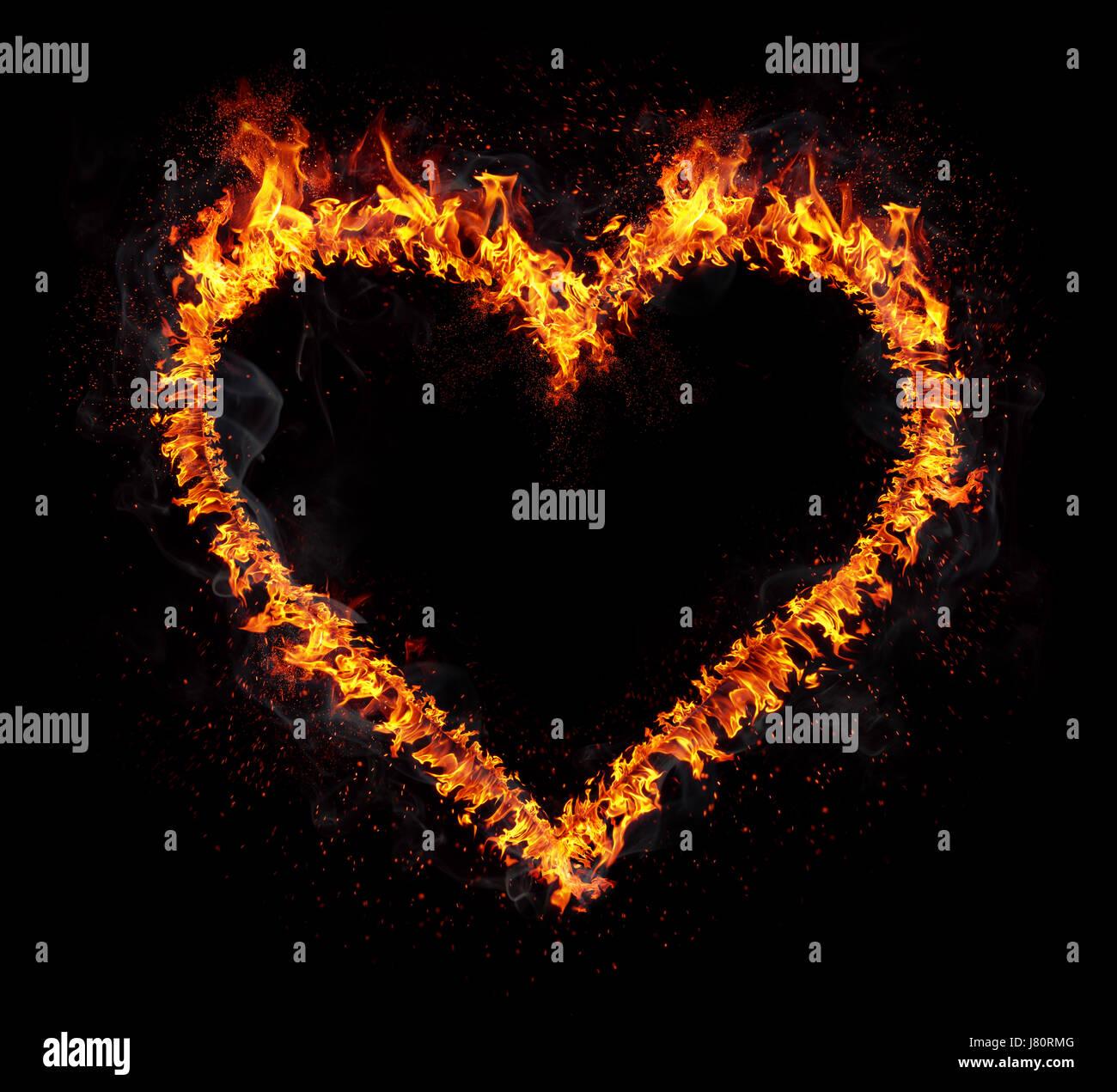 Corazón en llamas aislado sobre fondo negro. Símbolo de amor. Foto de stock