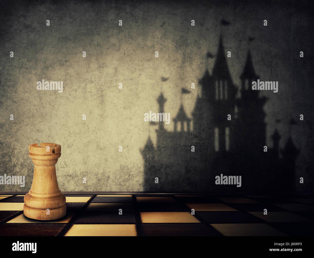 Rook Chess Piece una sombra en la forma de un castillo sobre una pared de hormigón. Aspiraciones empresariales. Foto de stock