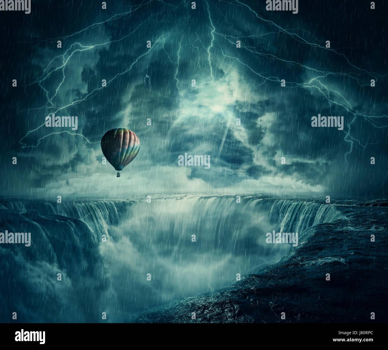 Vista imaginaria de inspiración, terrorífico paisaje como un globo de aire caliente volar sobre el abismo de una Foto de stock