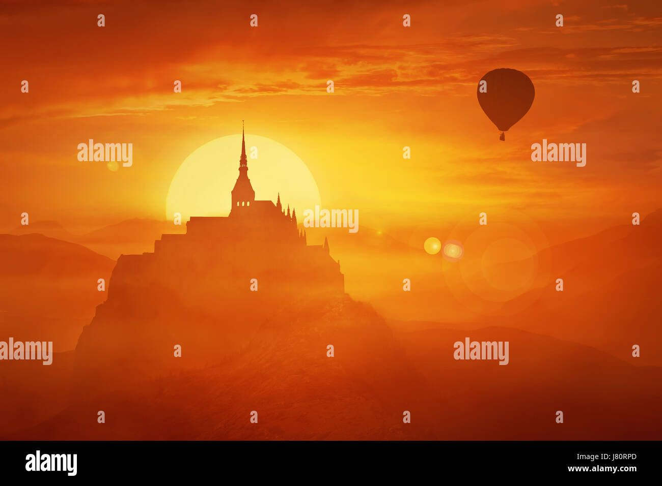 Hermoso atardecer paisaje sobre el brumoso reino entre las colinas de color naranja en el centro de la naturaleza Foto de stock