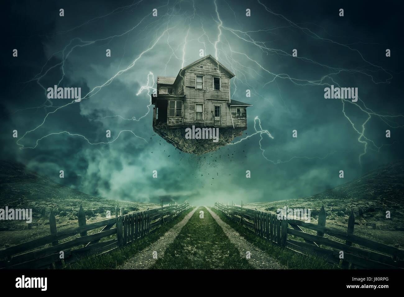 Casa fantasma arrancado de la tierra volando por encima de un país por carretera en un día tempestuoso con relámpagos Foto de stock