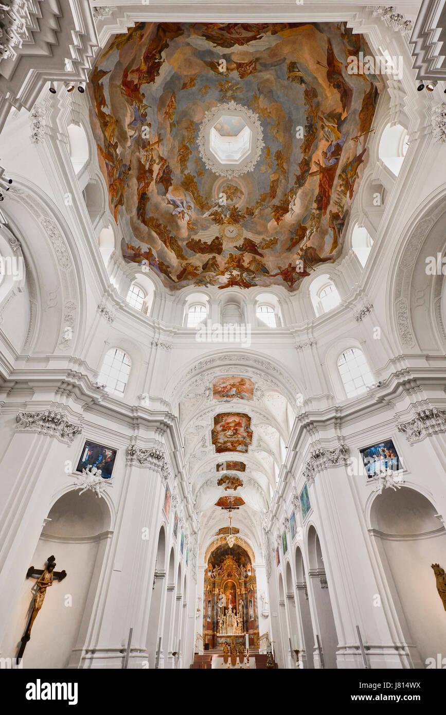 Alemania, Baviera, Wurzburg, Neumunster Iglesia, vista general del interior con frescos en el techo. Foto de stock