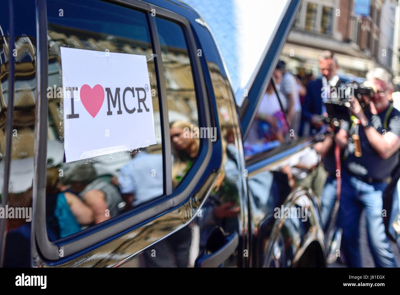 Manchester, Reino Unido. El 26 de mayo de 2017. El océano de homenajes florales crece en St Ann's Square, Imagen De Stock