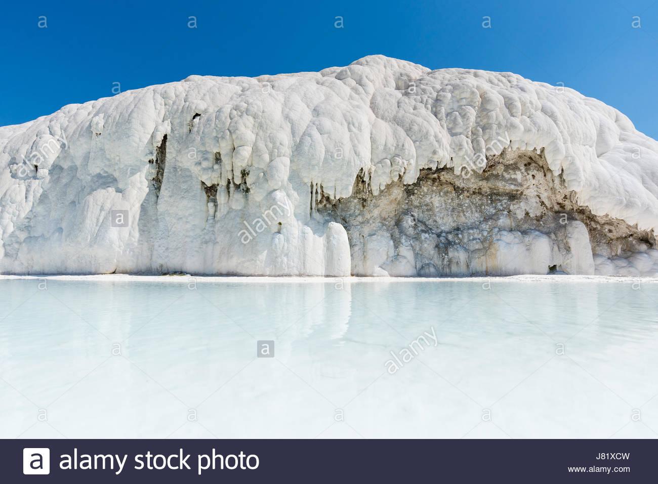"Travertino natural piscinas y terrazas en Pamukkale, Turquía. Pamukkale, que significa ""castillo de algodón"" Imagen De Stock"