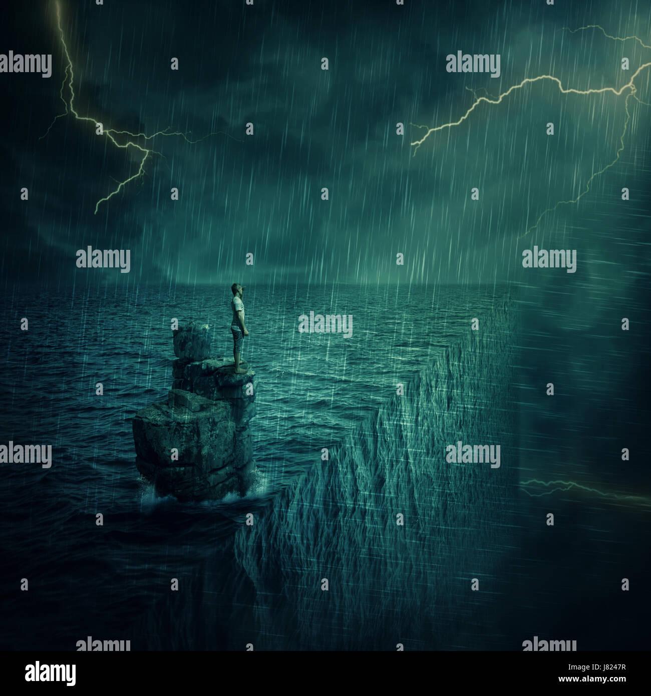 Perdido el hombre abandonado en un acantilado de roca, isla en el medio del océano, en una noche de tormenta. Concepto Foto de stock