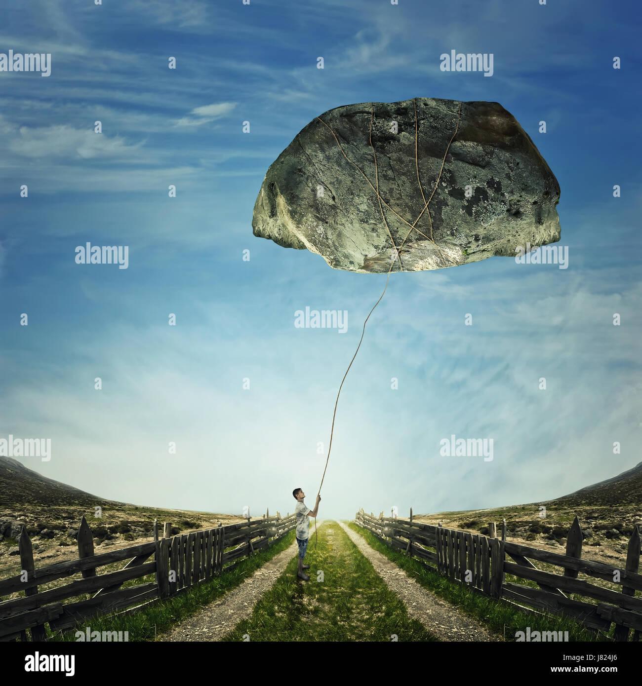 Imagen surrealista como un joven de pie en un país por carretera, sosteniendo una cuerda enlazada alrededor de una Foto de stock