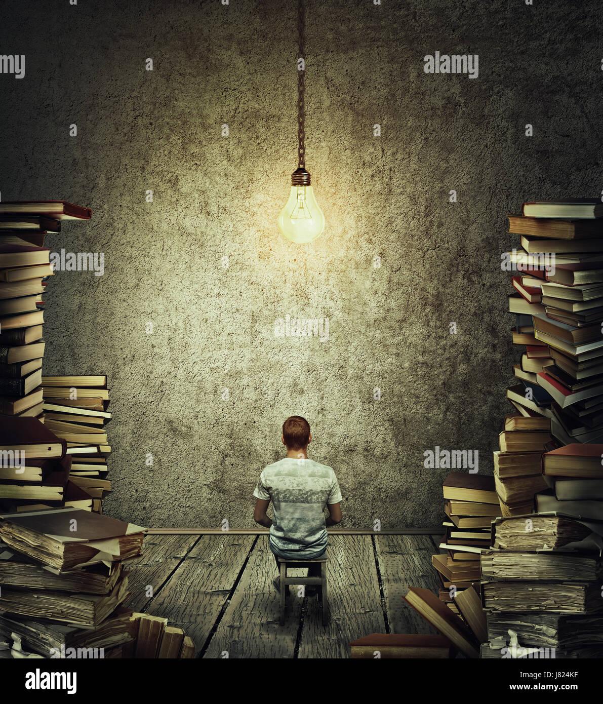 La idea creativa de concepto como una persona, el Scribe sentado en una habitación oscura rodeado por altas pilas Foto de stock
