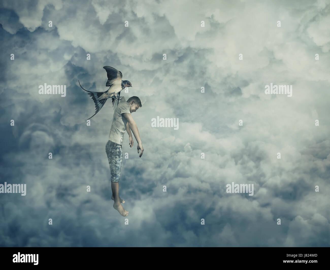 Llevar un pájaro volador impotente joven colgando en su garra. Imagen conceptual simbolizando la manipulación y Foto de stock