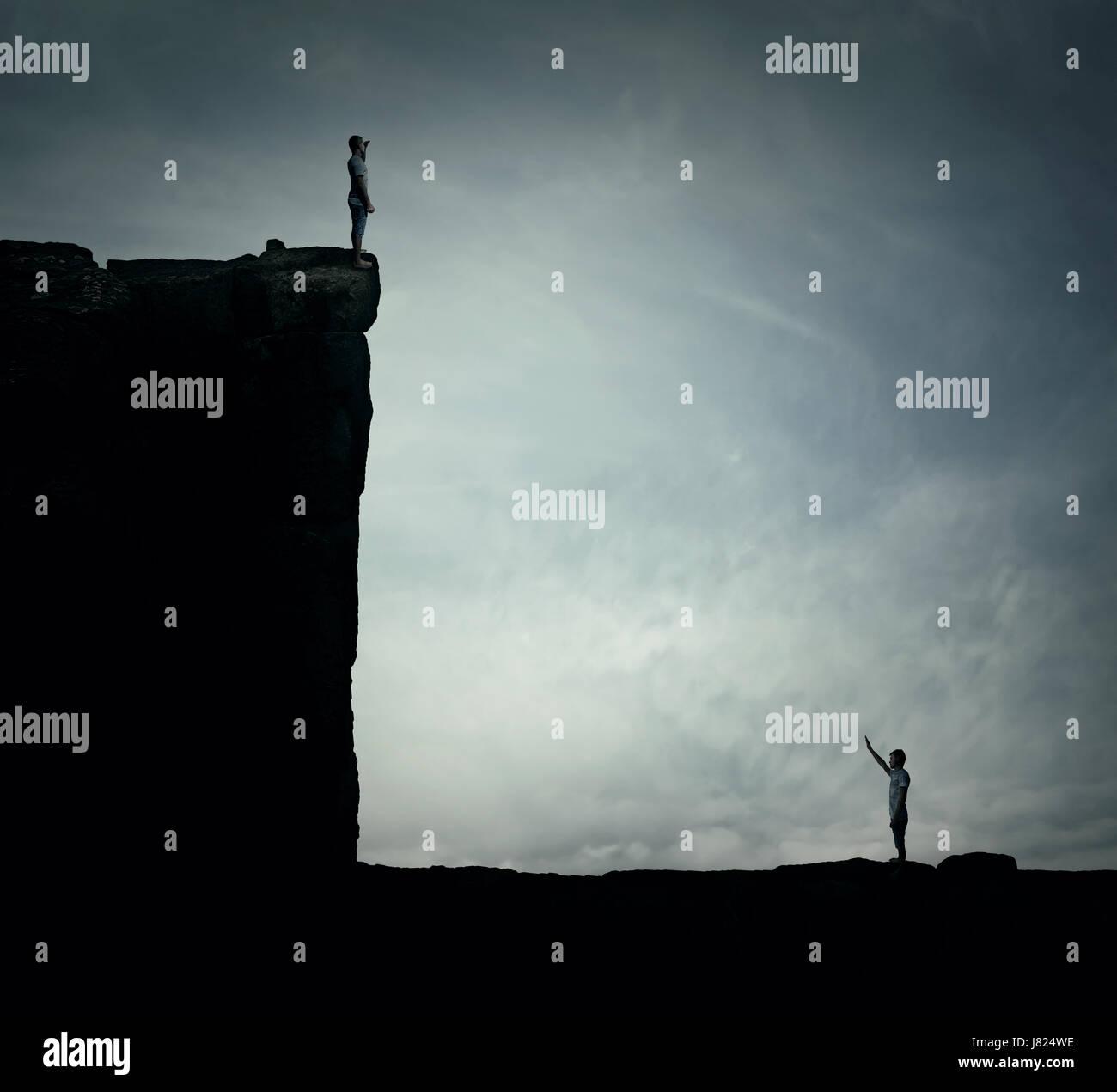 Imagen conceptual con dos personas perdidas de pie sobre un acantilado en diferentes alturas, tratando de encontrar Imagen De Stock