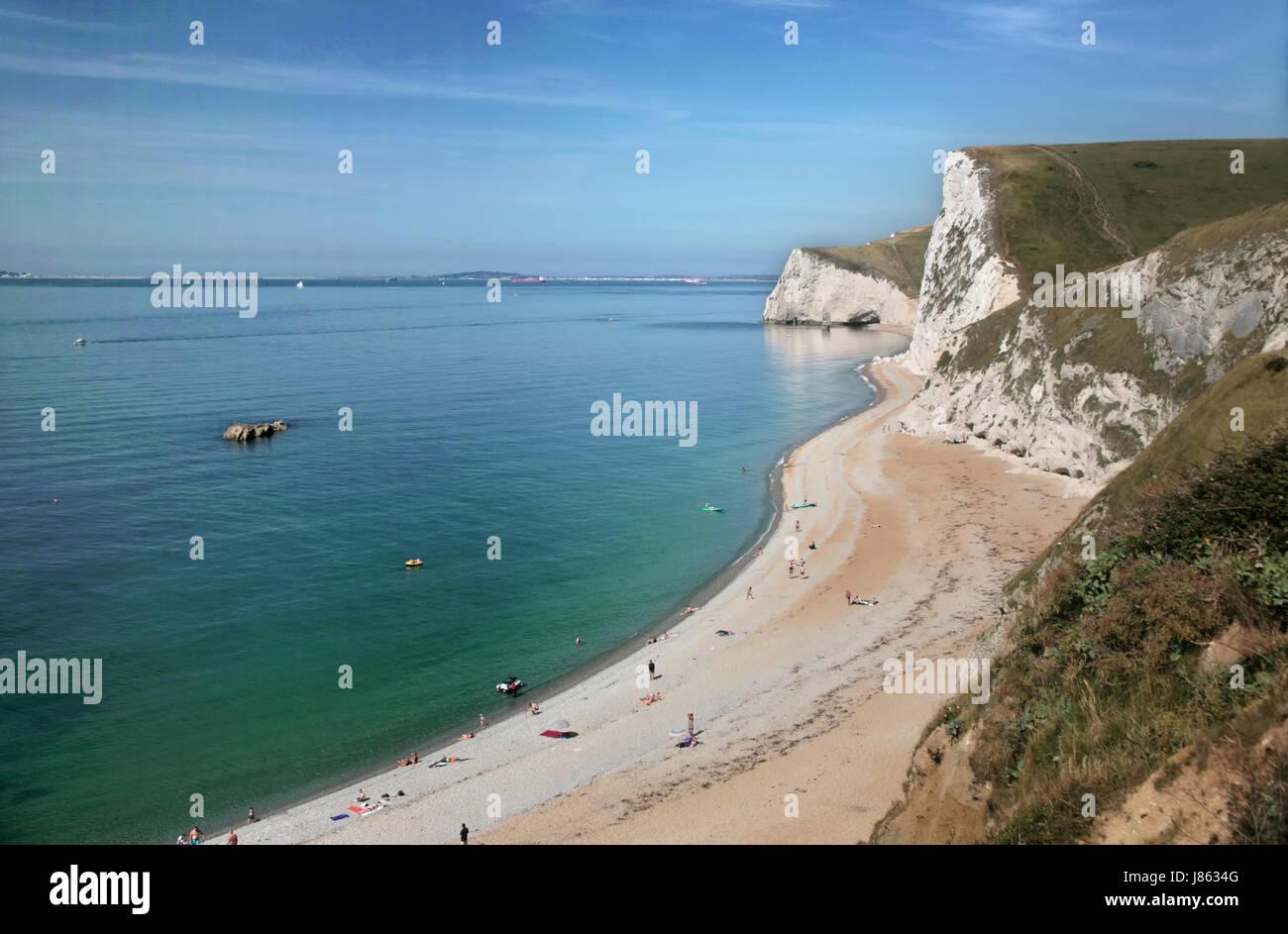 La vista al oeste a lo largo de la Costa Jurásica, en Dorset, puerta de Durdle Swyre con cabeza en el fondo y el Toro rock justo al mar Foto de stock