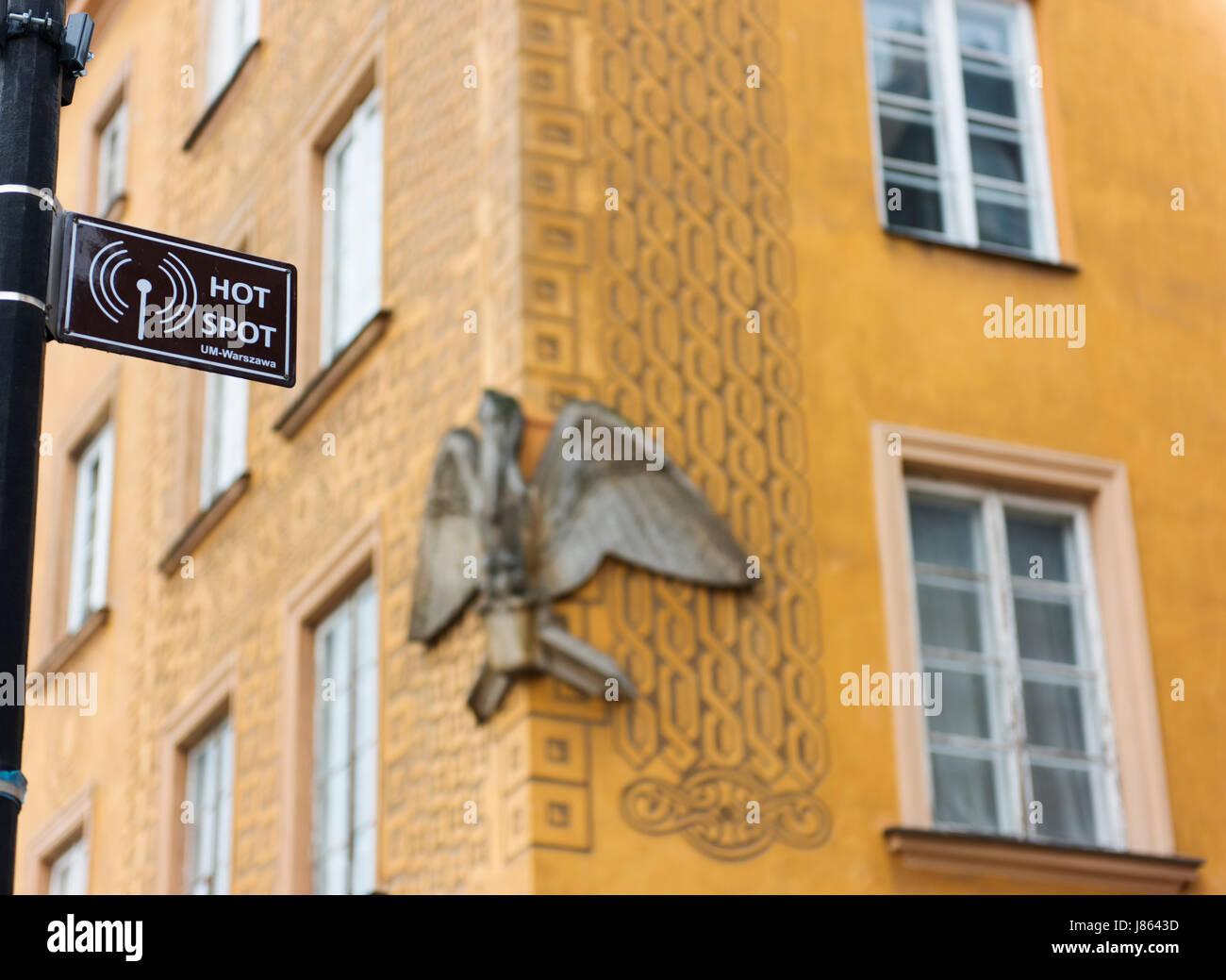 Un hot spot, localidad donde hay wifi disponible, en el Casco Antiguo de Varsovia con características arquitectónicas Imagen De Stock