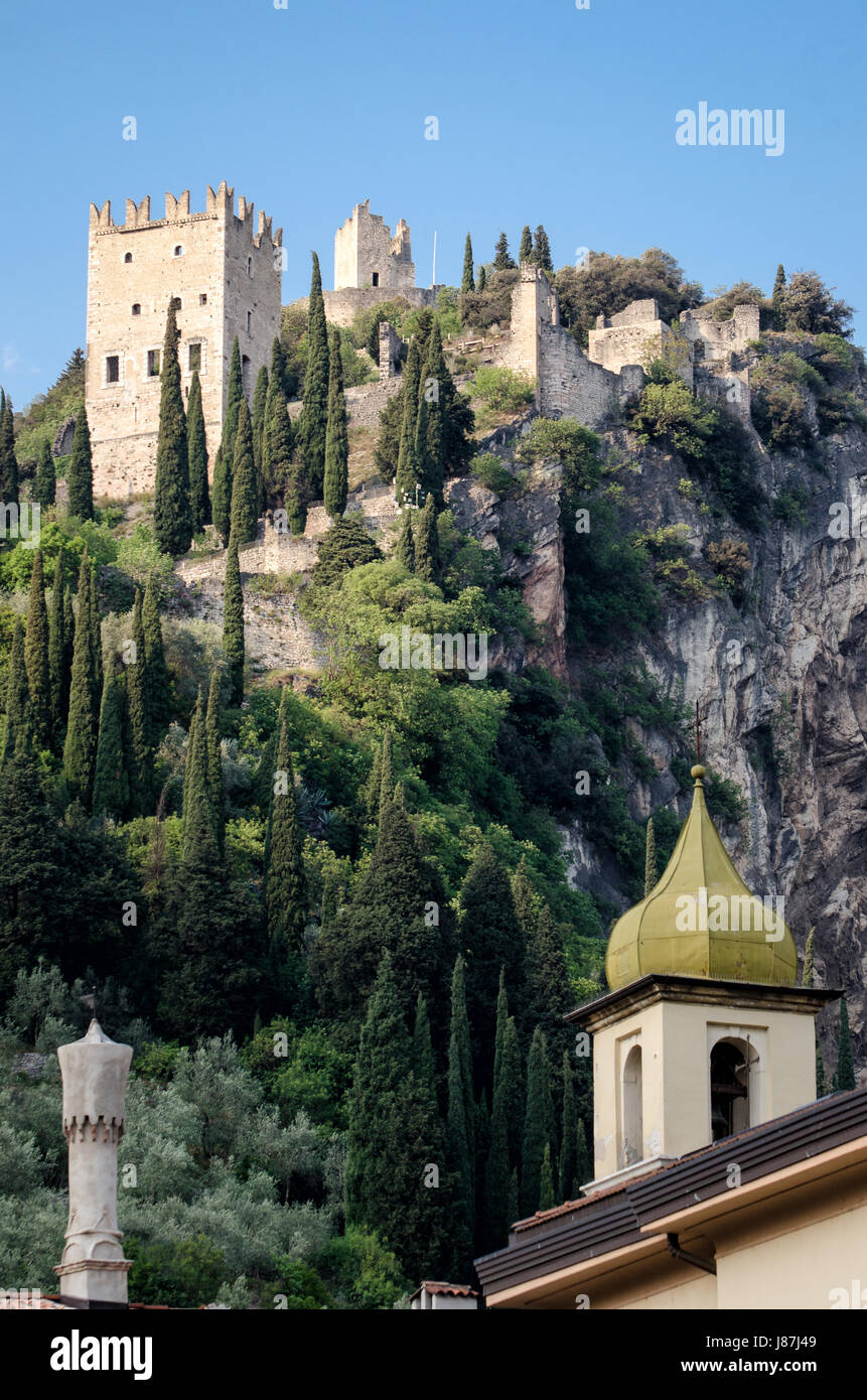 Castello di Arco (Arco Castillo) en Trentino Italia Foto de stock
