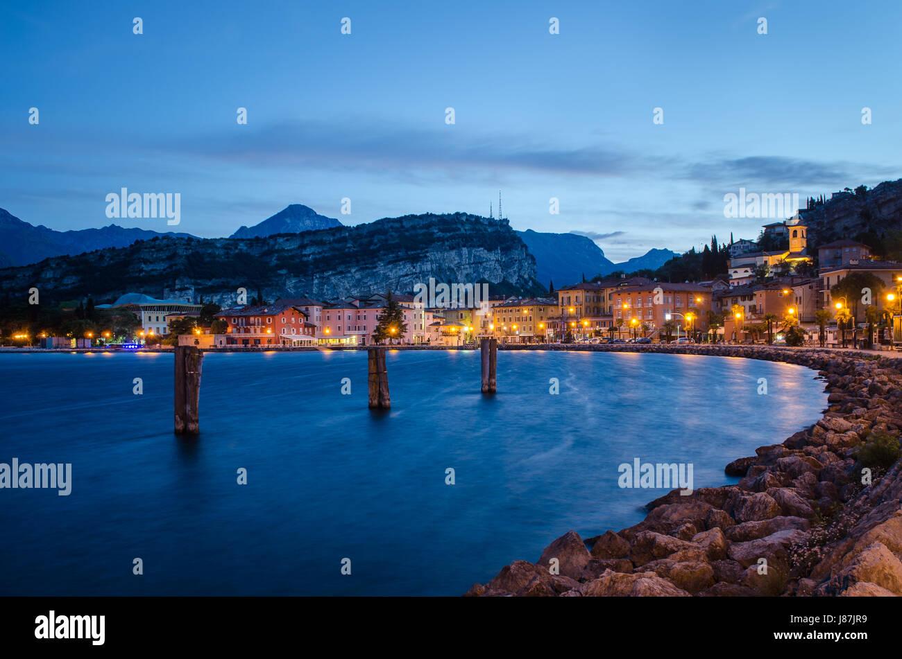 Torbole (Lago di Garda) al atardecer Foto de stock