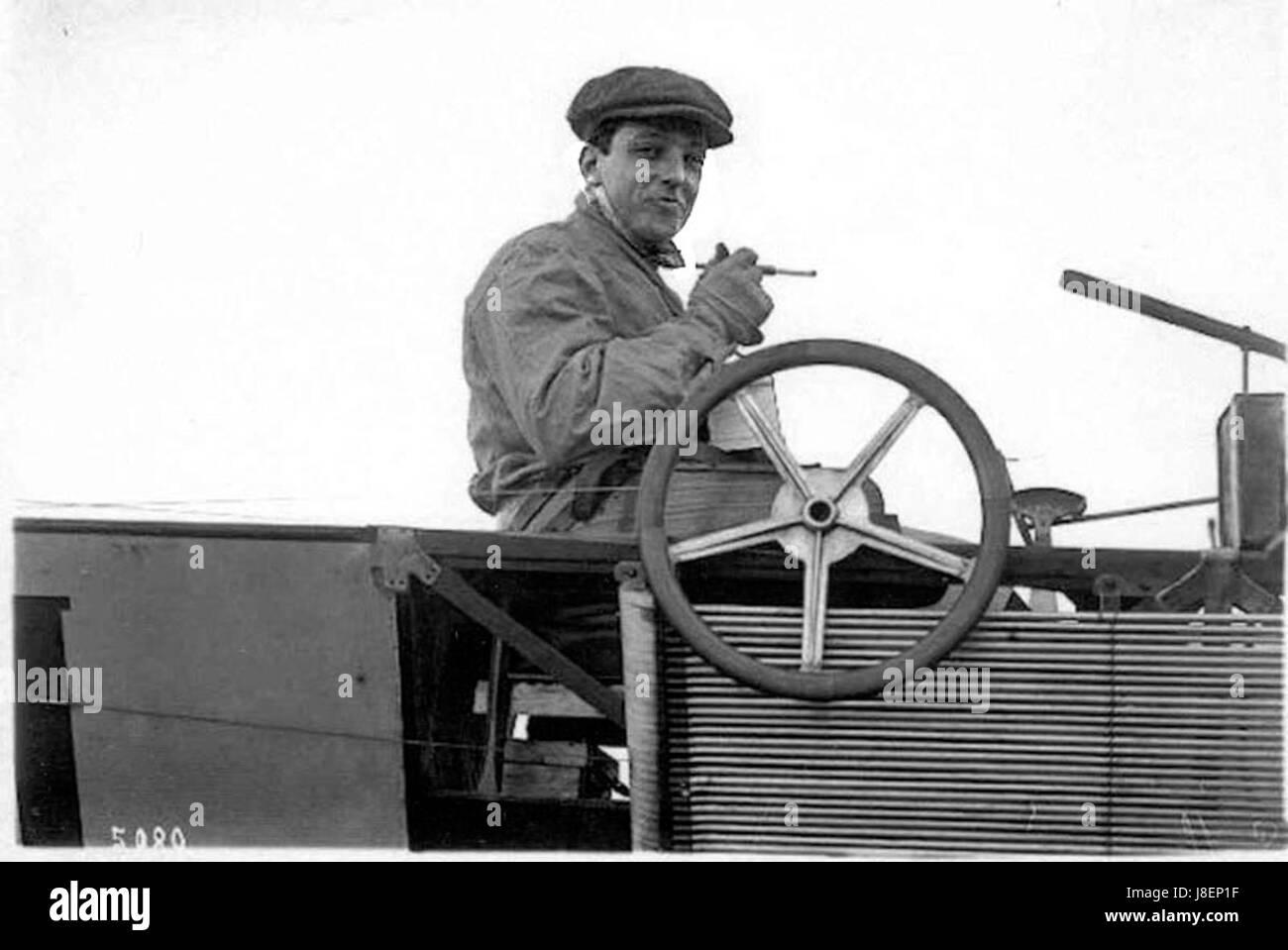 Latham con su cigarrillo y titular de marfil a los mandos de un Antoinette VII v2 Foto de stock