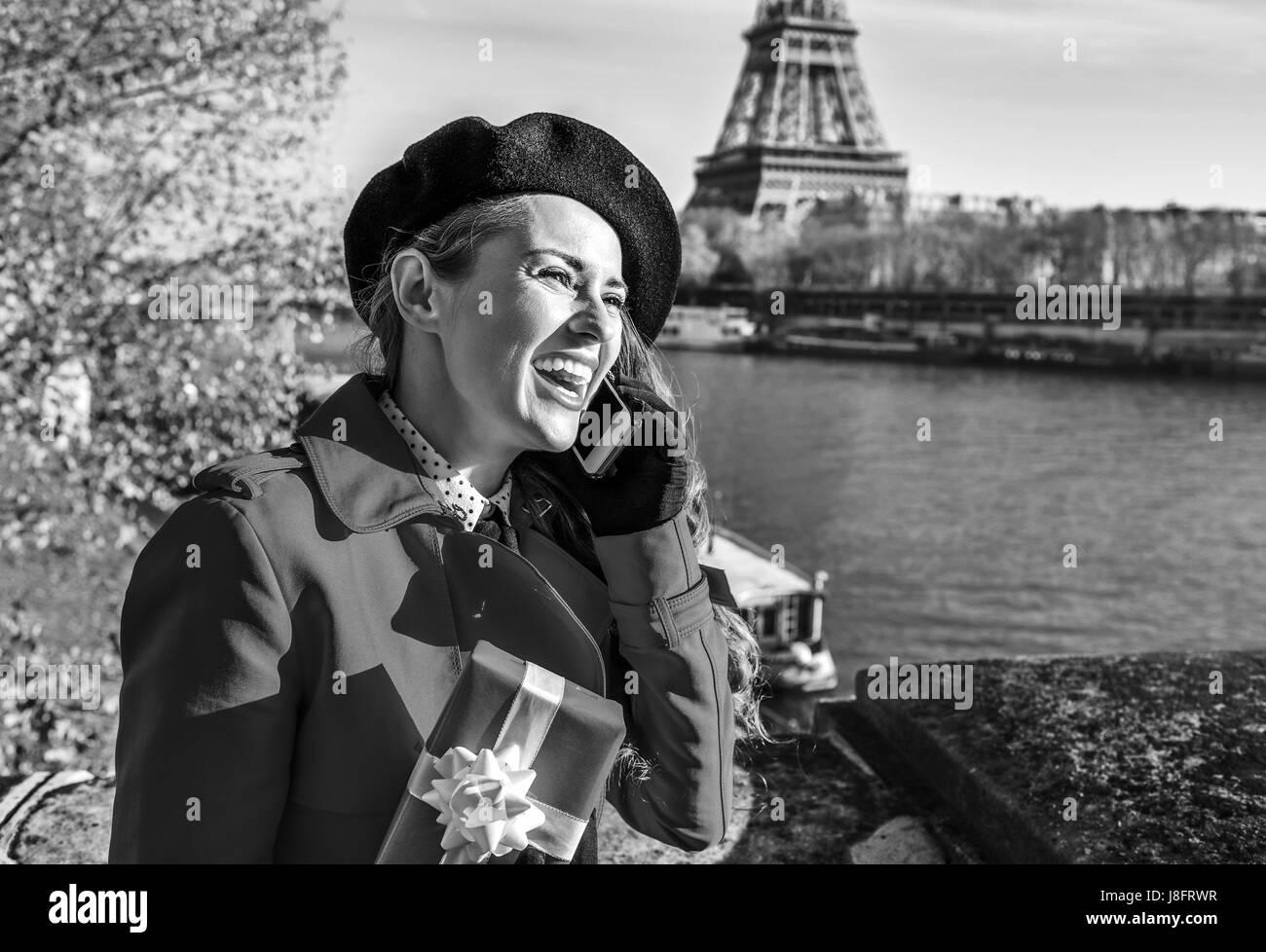 9ac7a473a215 Brillante en París. Feliz moda mujer en impermeable rojo sobre el ...