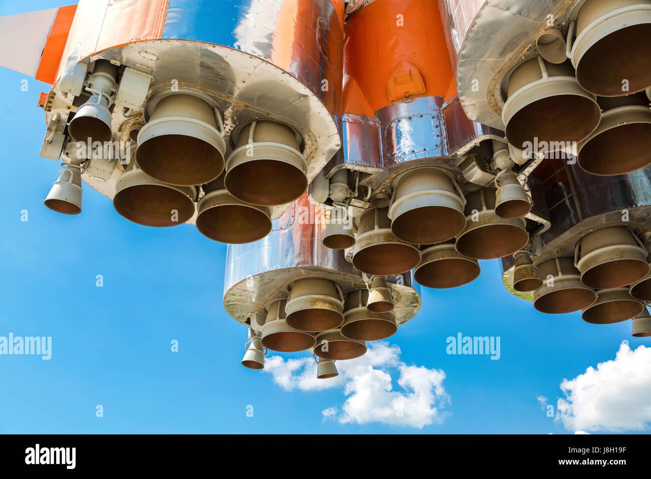 Motores de cohete espacial de la nave espacial rusa sobre fondo de cielo azul Foto de stock