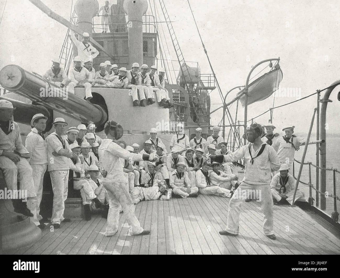 Viendo un combate de esgrima a bordo de un buque de guerra estadounidense, circa 1915 Imagen De Stock