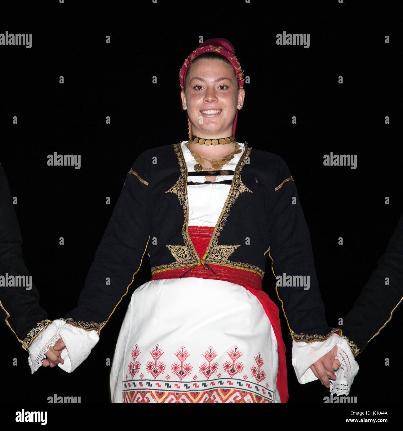 Mujer griega bailando en traje tradicional en la ciudad vieja de Chania Imagen De Stock