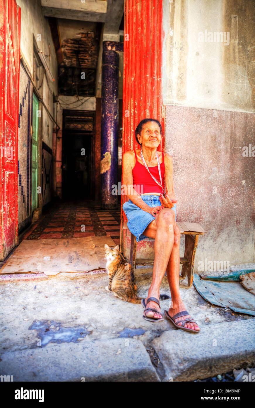 Anciana mendigando en las calles de La Habana, Cuba, Cubanos mendigo, manteniendo la mano, por dinero, la anciana Imagen De Stock