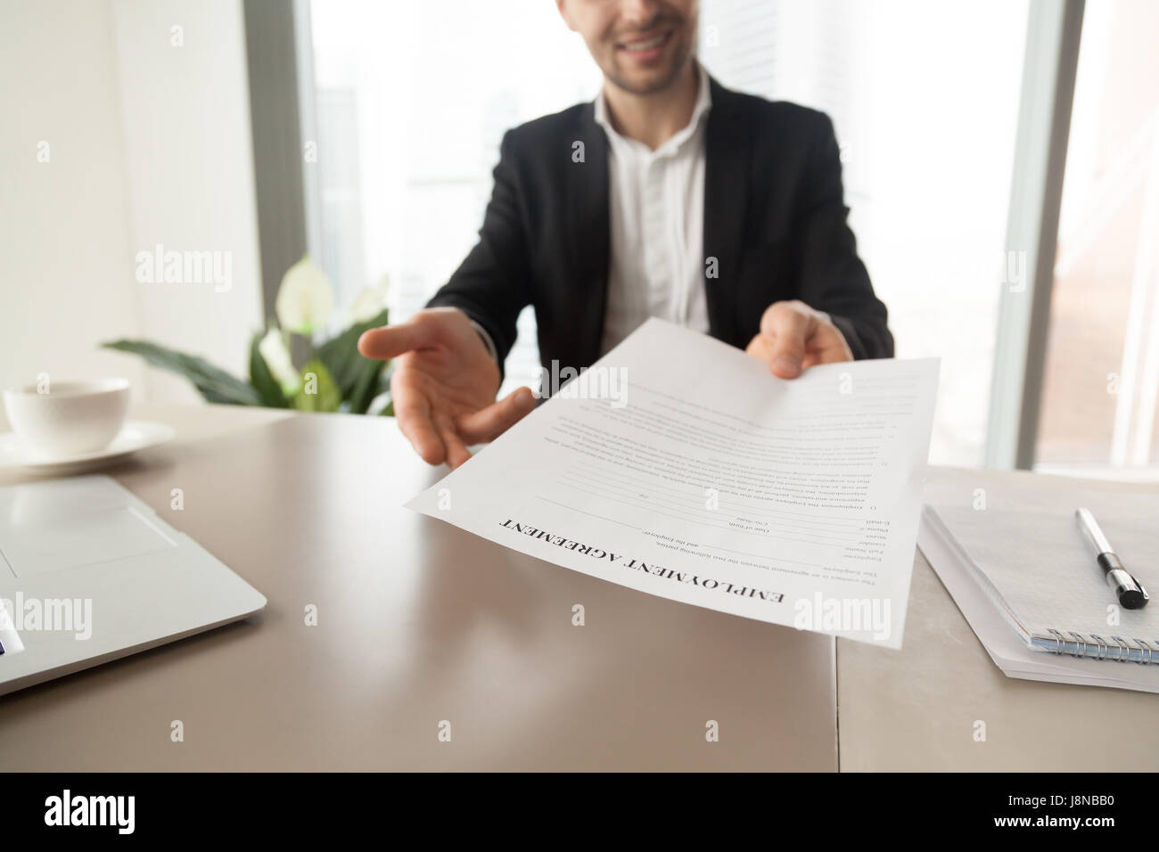 Gerente de Reclutamiento de llegar hoja con acuerdo de empleo. Sonriendo CEO ofrece a leer y revisar las condiciones de trabajo, invita a firmar el documento. Gett Foto de stock