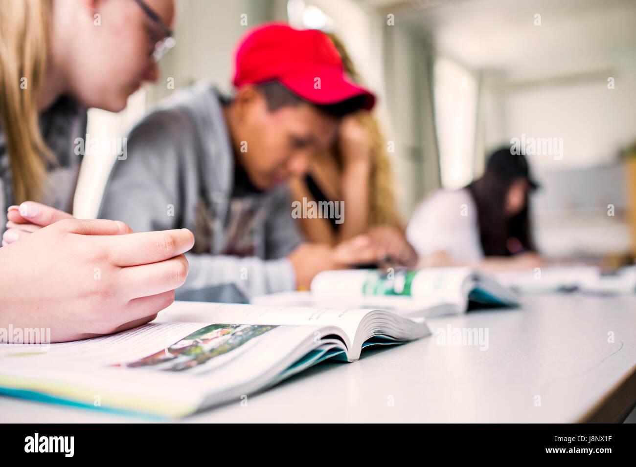 Estudiantes (14-15) en el aula Foto de stock