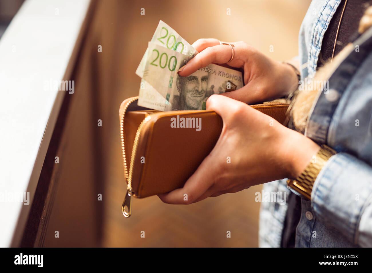 Mujer sosteniendo billetera abierto y billetes Foto de stock