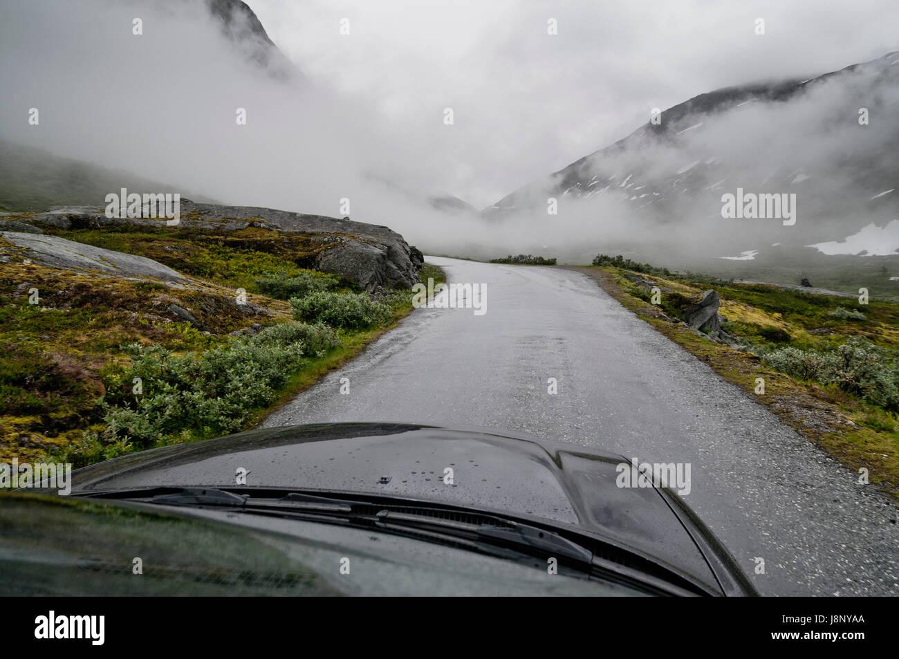 Country Road en día brumoso Foto de stock