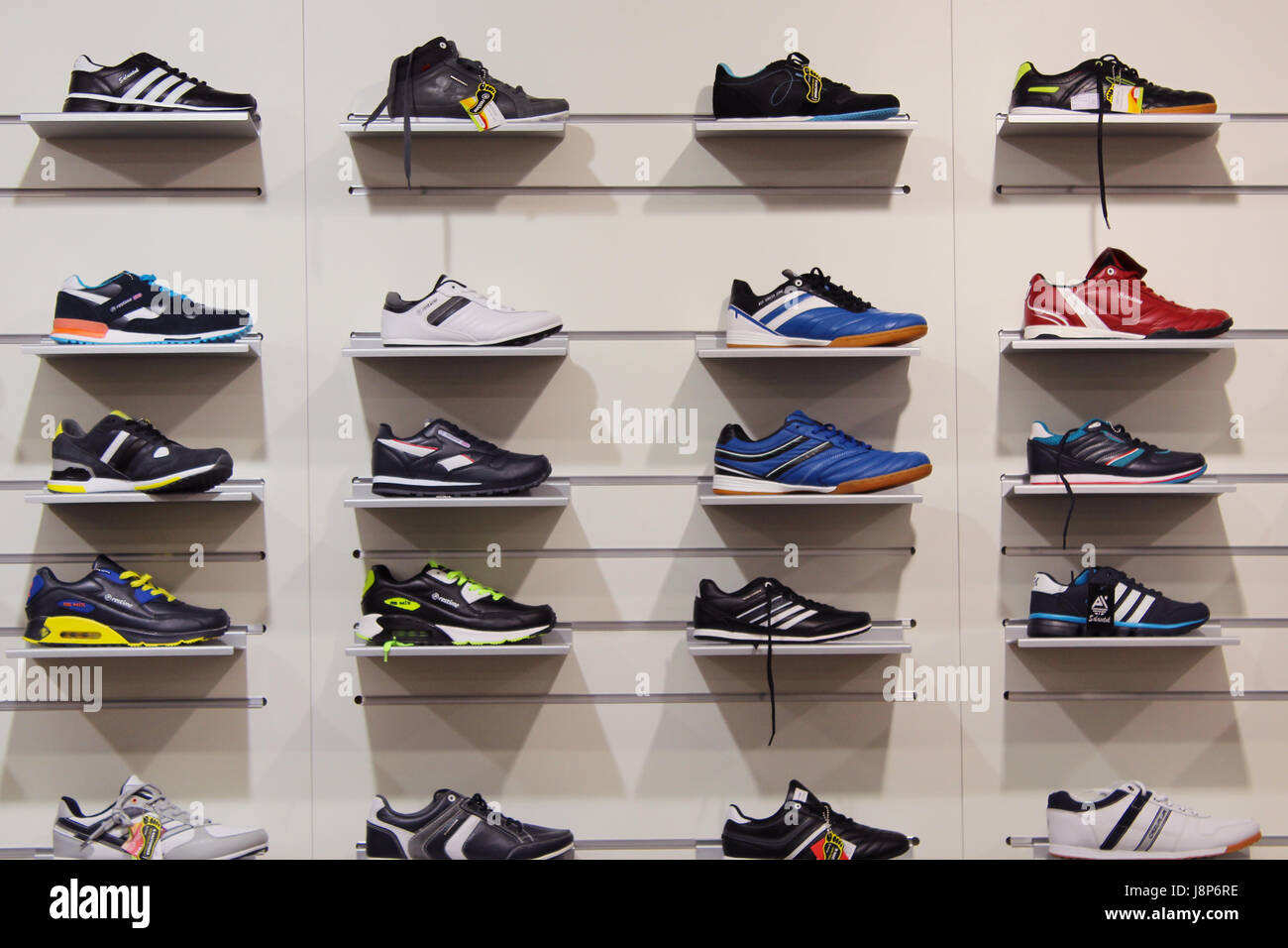 Zapatillas en las estanterías de la tienda. Gran surtido de