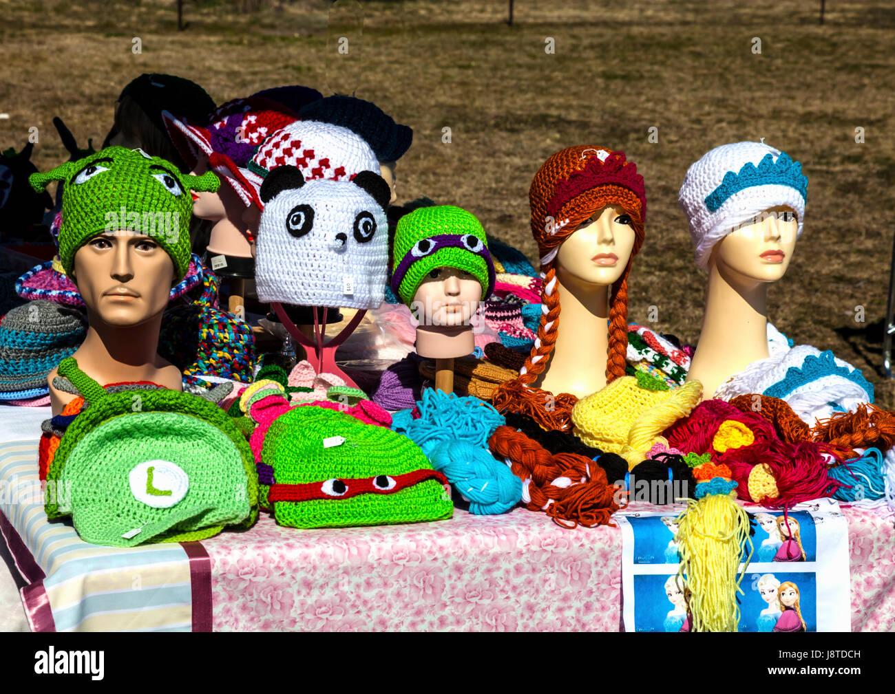 Tejidos de lana beanie sombreros para la venta en el mercado Imagen De Stock 23f9521c9c0