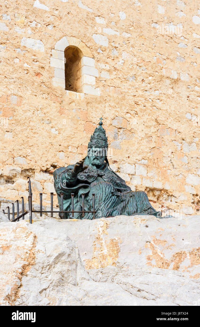 Estatua de bronce de la medieval Papa Luna fuera el Castillo del Papa Luna, Peñíscola, España Imagen De Stock