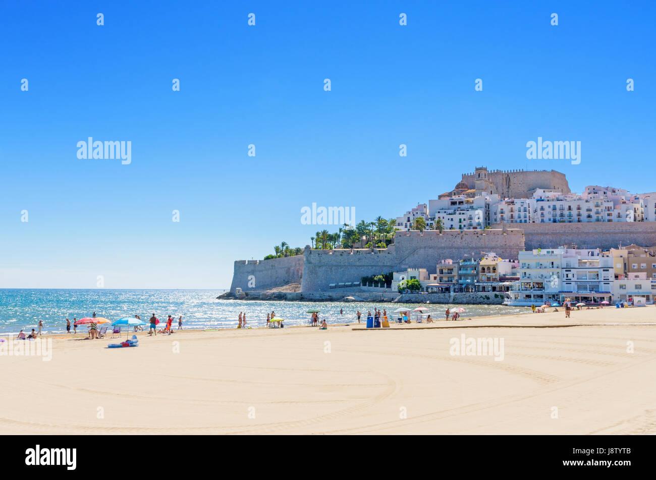Peñíscola Castillo del Papa Luna y el casco antiguo de la ciudad con vistas a la gente disfrutar del mar, Imagen De Stock