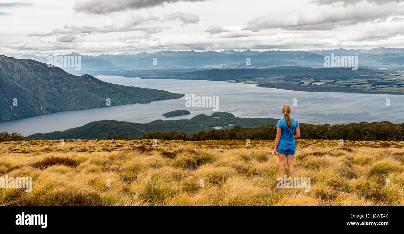 Caminante en busca hembra en el lago Te Anau y Southfiord, Kepler Track, el Parque Nacional Fiordland, Southland, Foto de stock