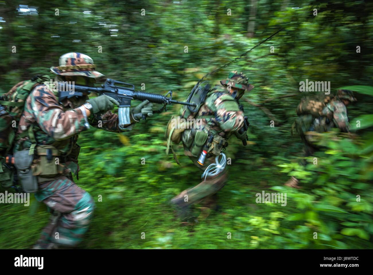 Los hombres en uniforme militar jugando a un juego de recreación de combate recreativas en Depok, Java Occidental, Imagen De Stock