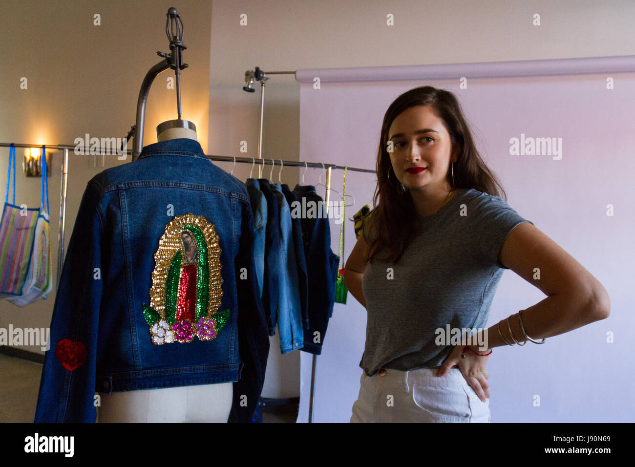 """Diseñador Patty Delgado (L), creador de la marca """"Hija de tu madre"""" plantea con sus piezas de ropa Imagen De Stock"""