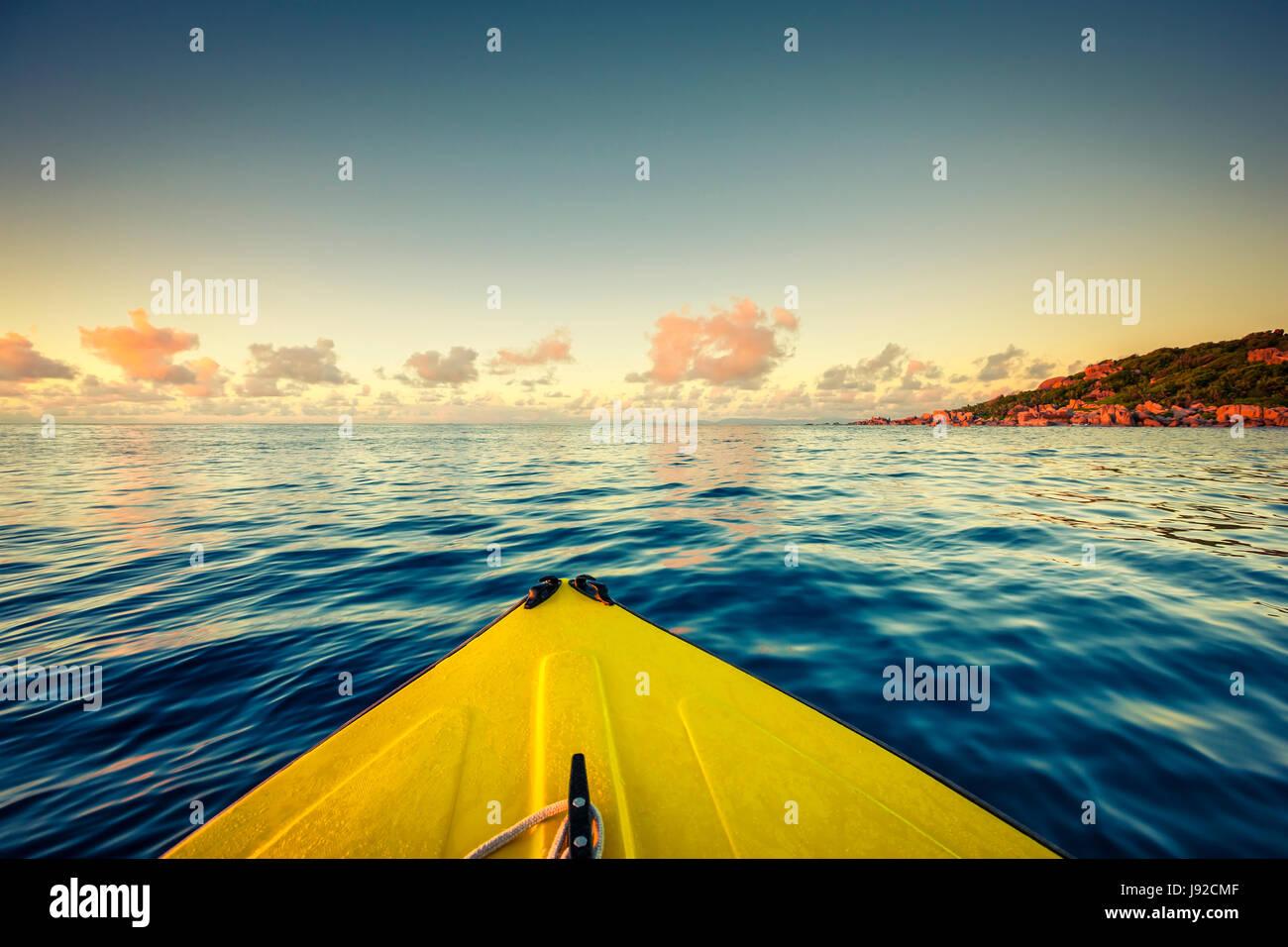 Navegar en barco amarillo cerca de Seychelles, La Digue island Foto de stock
