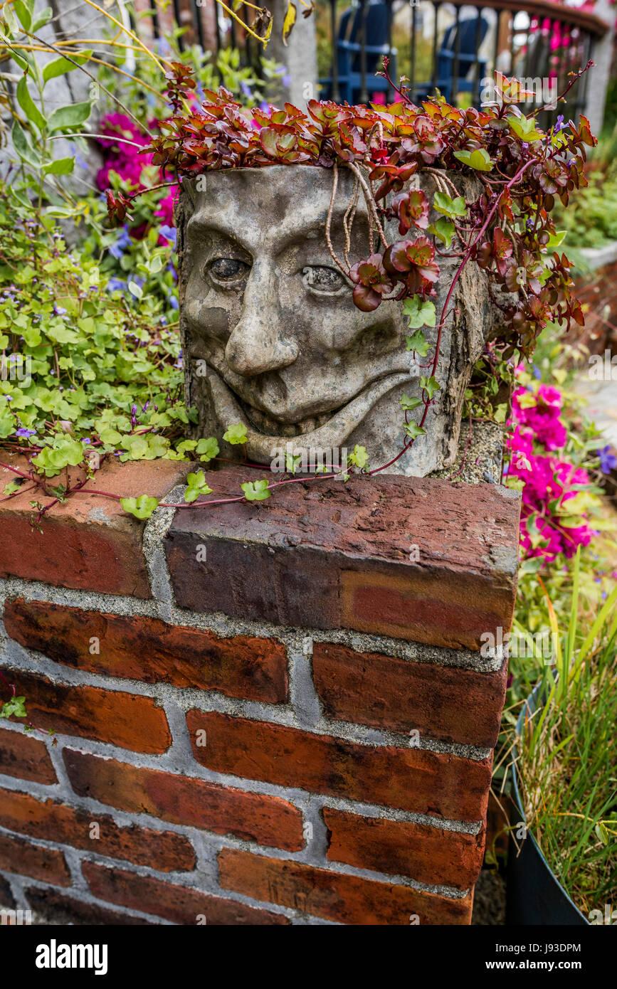 Jardín de maceta hecha a mano con la cara. Foto de stock