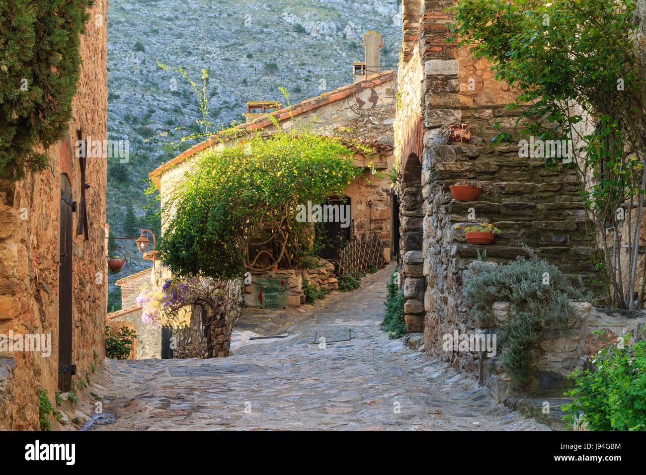 Francia, Pirineos Orientales, Castelnou, etiquetados Les Plus Beaux aldeas de Francia (el pueblo más hermoso de Francia), la calle de la aldea Foto de stock