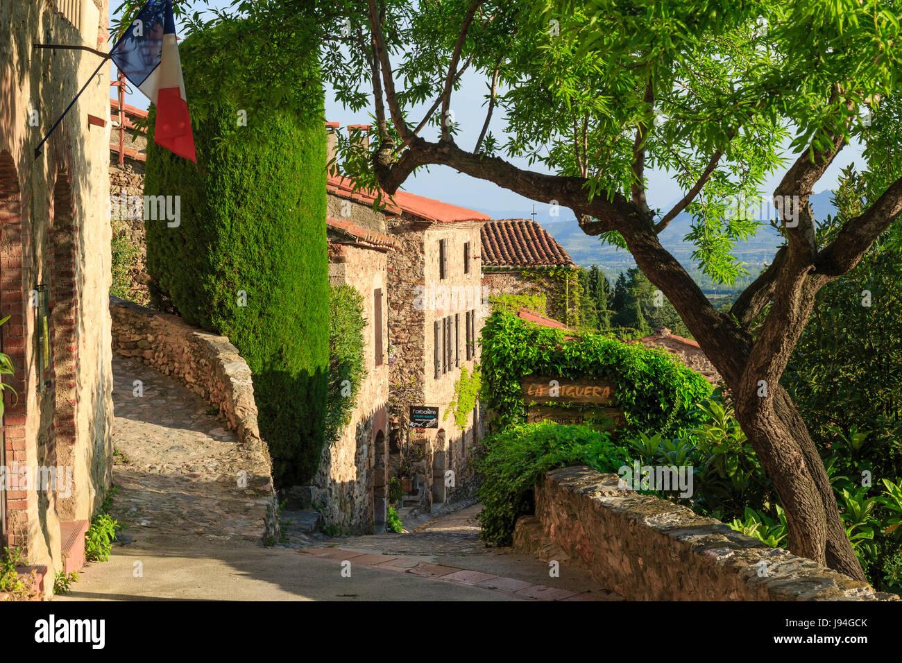 Francia, Pirineos Orientales, Castelnou, etiquetados Les Plus Beaux aldeas de Francia (el pueblo más hermoso de Foto de stock