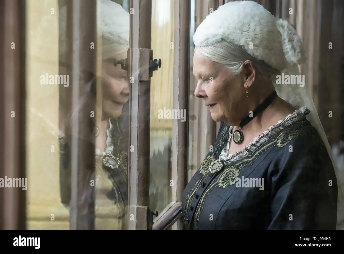 VICTORIA Y ABDUL 2017 Focus Features film con Judi Dench como la Reina Victoria Foto de stock