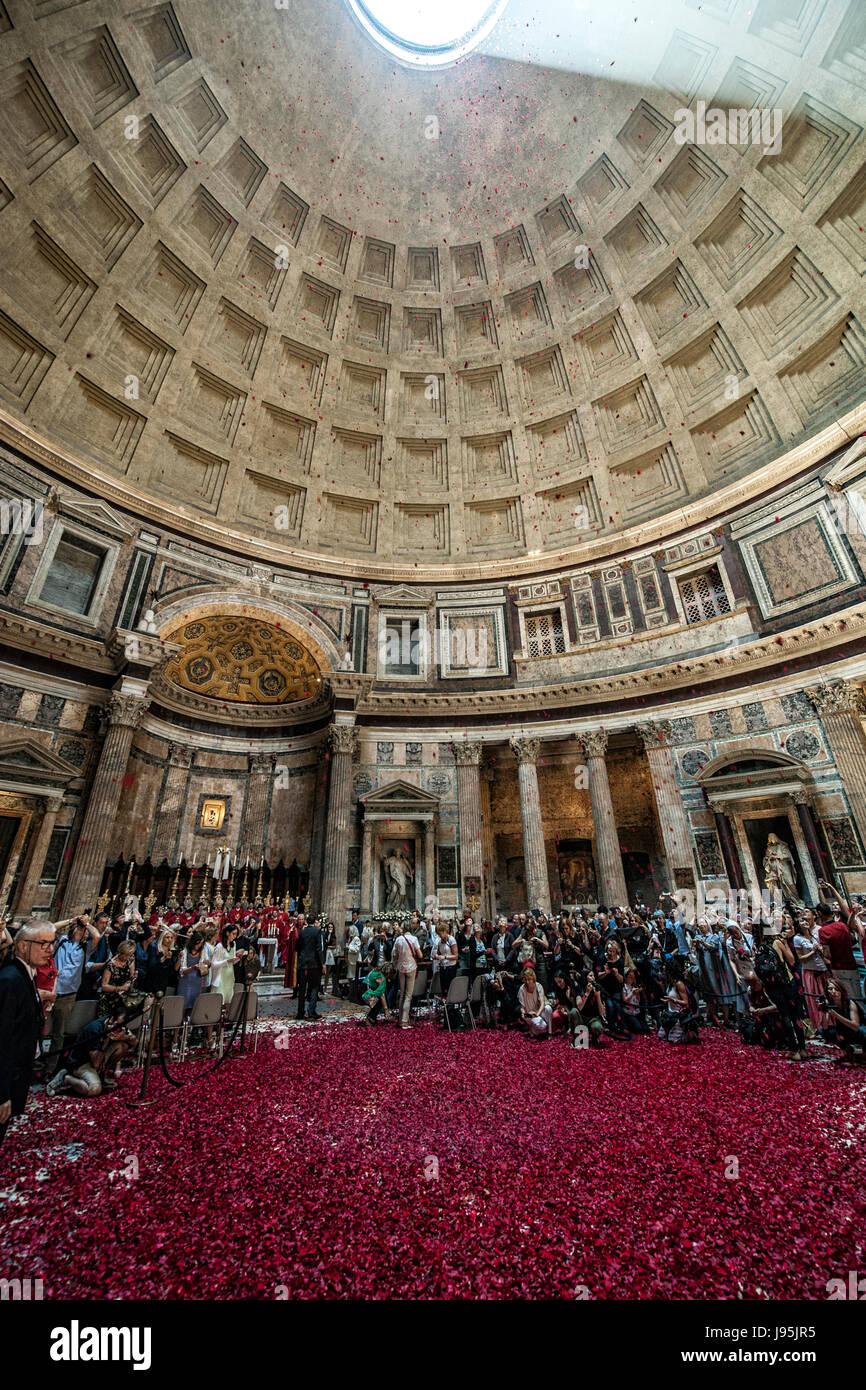 Roma, Italia. 04 junio, 2017. La alfombra roja de rosas cubre el suelo durante la tira de rosas rojas por los bomberos Imagen De Stock