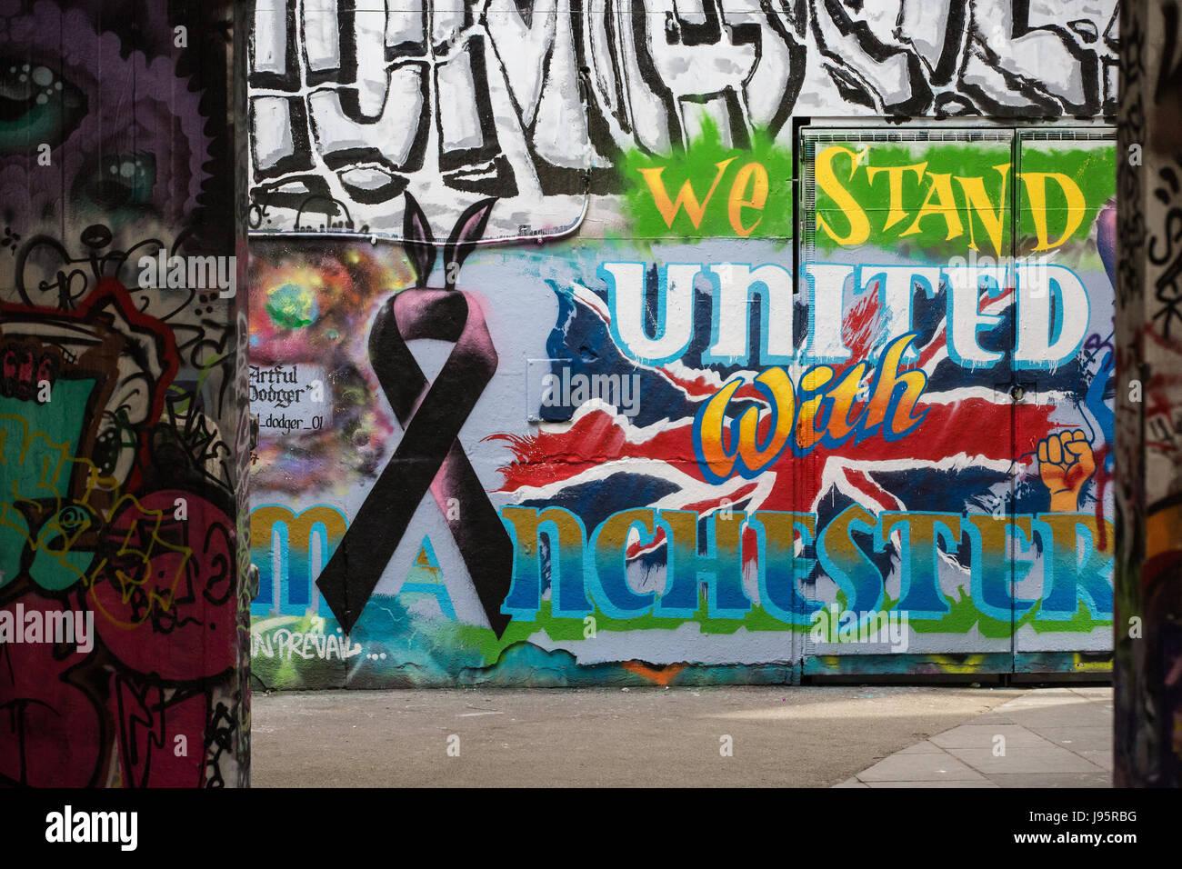 """Londres, Reino Unido. El 5 de junio, 2017. Graffiti en el South Bank lee ' Estamos unidos con el Manchester"""", Imagen De Stock"""