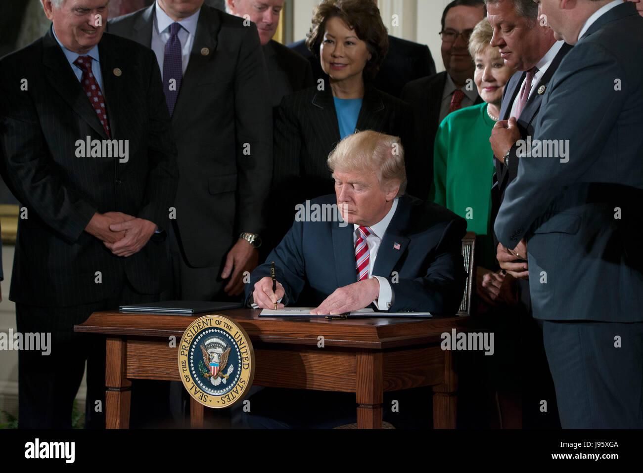 Washington, Estados Unidos. El 05 de junio, 2017. Presidente Donald J. Trump ofrece una conferencia de prensa en Imagen De Stock