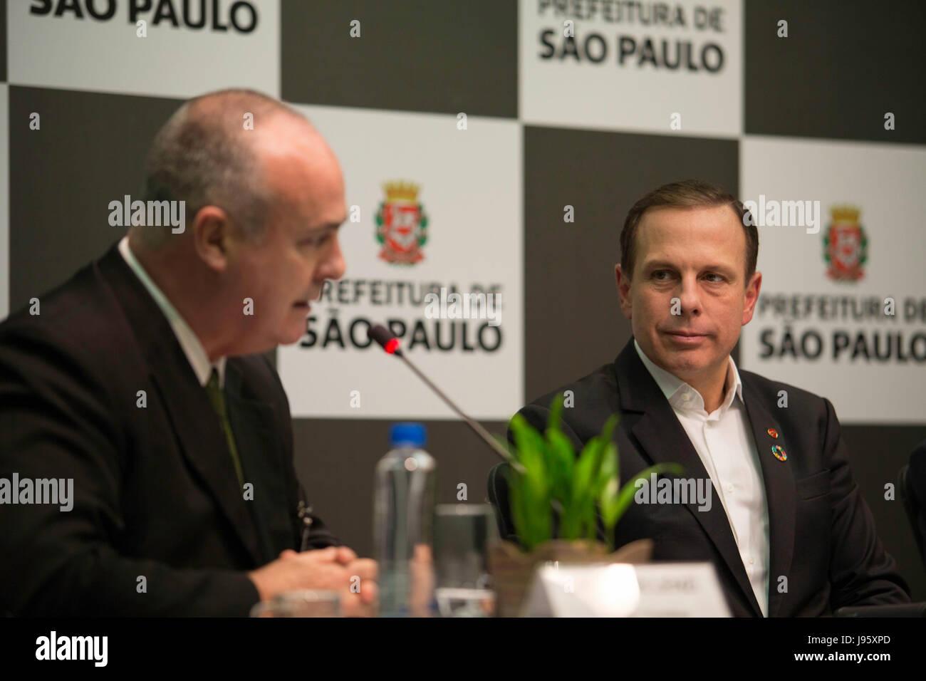 """SÃO PAULO, SP - 05.06.2017: PREFEITURA LANÇA PROJETO LINHAS VERDES - El alcalde Joao Doria junto al presidente de AES Eletropaulo Charles Lenzi durante una conferencia de prensa en la tarde de este lunes (05) en la sede de la municipalidad de la ciudad. Una asociación se ha firmado un acuerdo que permitirá la plantación de árboles en el marco de la """"líneas&quof el ele Eletropaulo. (Foto: Bruno Rocha/Fotoarena) Foto de stock"""