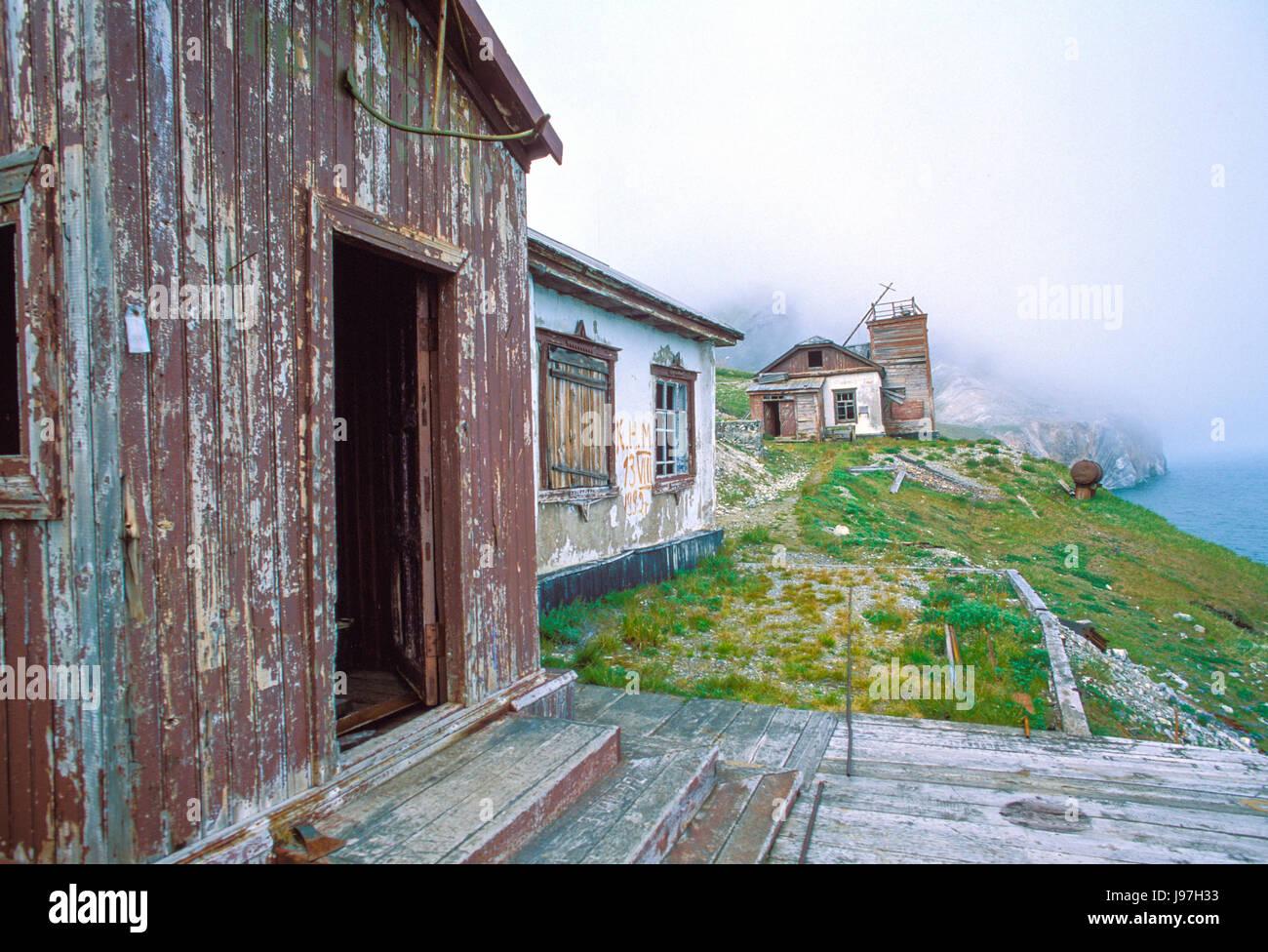 Ruinas en el Cabo Dezhnev, Lejano Oriente ruso, la más oriental de Eurasia. Imagen De Stock