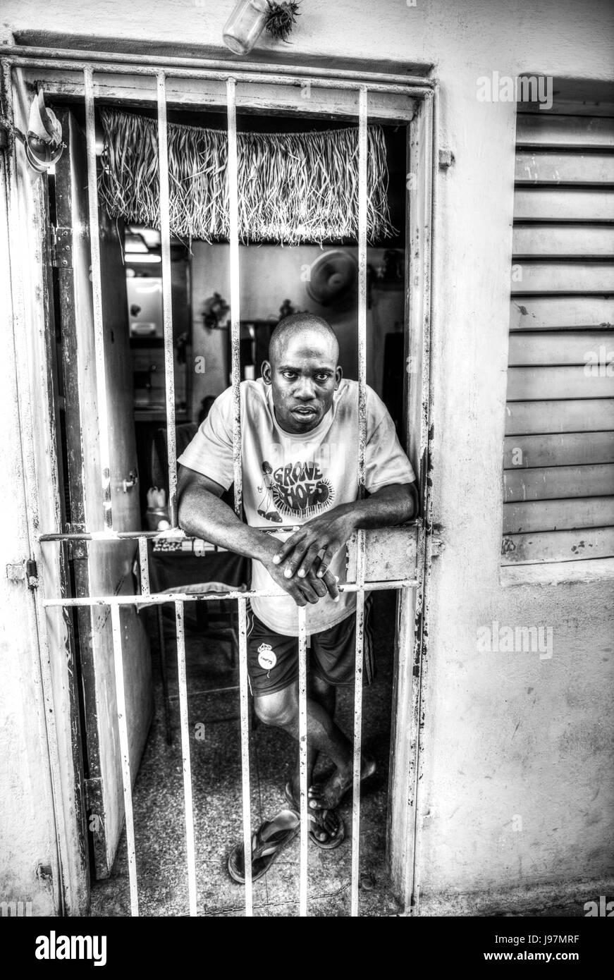 Hombre Afro Cubano se situó en la puerta de casa, pobre hombre, pobre cubano, la pobreza, la pobreza de Cuba Imagen De Stock