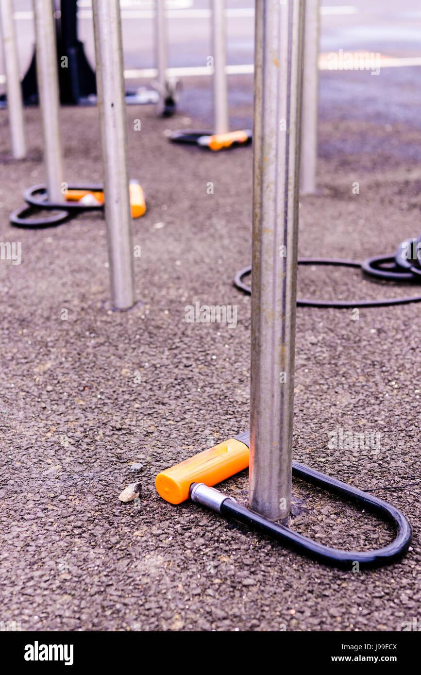 Candados de bicicleta conectados a puestos de ciclo, pero no con bicicletas Imagen De Stock