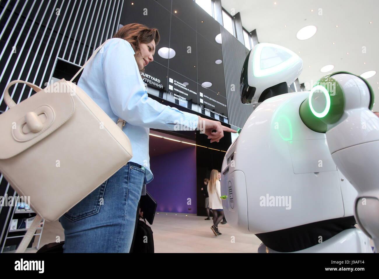 San Petersburgo, Rusia. El 1 de junio de 2017. Un robot en el 2017 Foro Económico Internacional de San Petersburgo Imagen De Stock