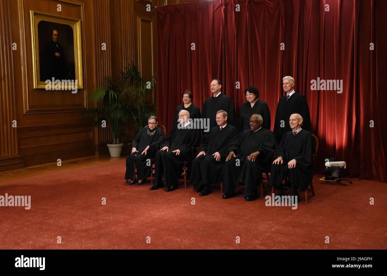 Los miembros de la Corte Suprema de EE.UU. posan para una fotografía de grupo en el edificio de la Corte Suprema Imagen De Stock