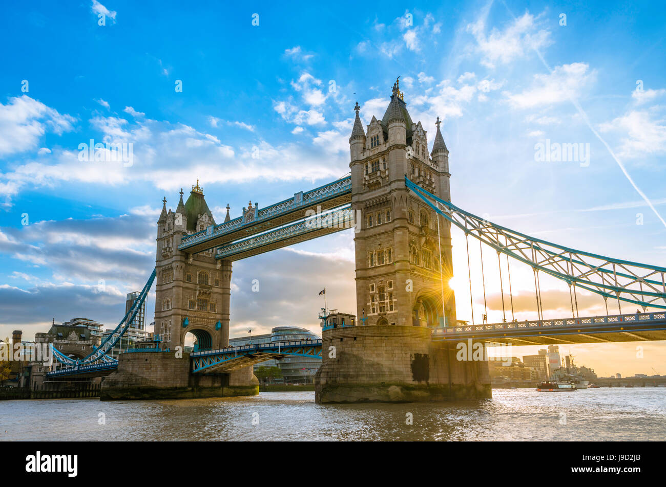 Tower Bridge sobre el Támesis al atardecer, London, England, Reino Unido Foto de stock